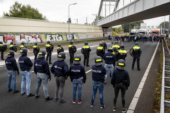 Kermisexploitanten werden in juni op de A12 tegengehouden door de politie. Zij wilden op het Malieveld in Den Haag demonstreren tegen de strenge coronamaatregelen.