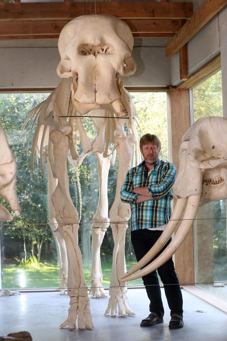 Luc Tyteca in zijn skelettenmuseum MuseOs.