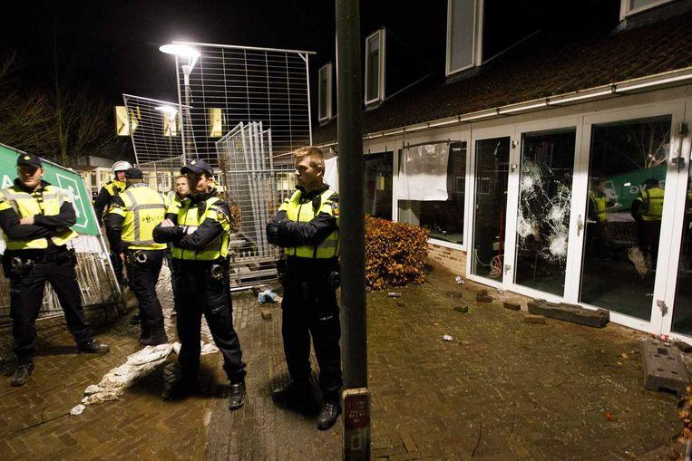 Een aantal ruiten van het gemeentehuis van Geldermalsen sneuvelde doordat sommige relschoppers met bakstenen gooiden. Beeld anp