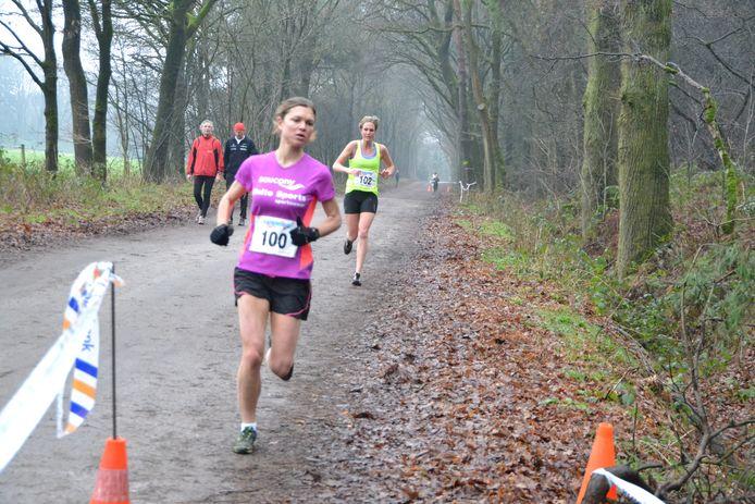 Latere winnares Laurey van den Berge (Flakkee) hier nog in tweede positie gevolgd door Lotte van den Boom (Sprint).