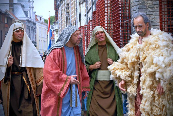 Duizenden Bergenaren zijn door Eric Elich (tweede van links) geschminkt voor de Maria Ommegang. Jaarlijks loopt hij nog mee.