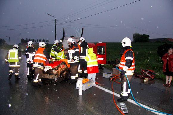 Onder andere de brandweer van Kemmel, hier nog aan het werk bij een ongeval op de Kemmelseweg, zal onderdak vinden in de nieuwe kazerne, samen met de posten van Mesen en Nieuwkerke.