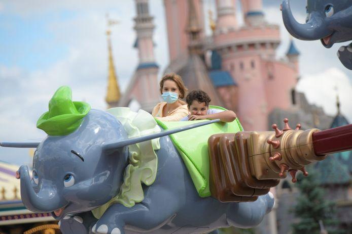 Bezoekers genieten van een ritje tijdens de heropening van Disneyland Parijs