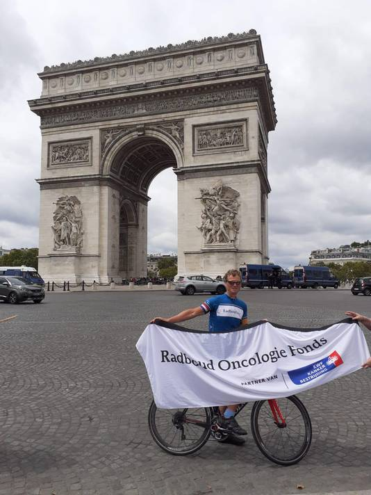 Bart Kiemeney bij de Arc de Triomphe in Parijs. Foto: privé