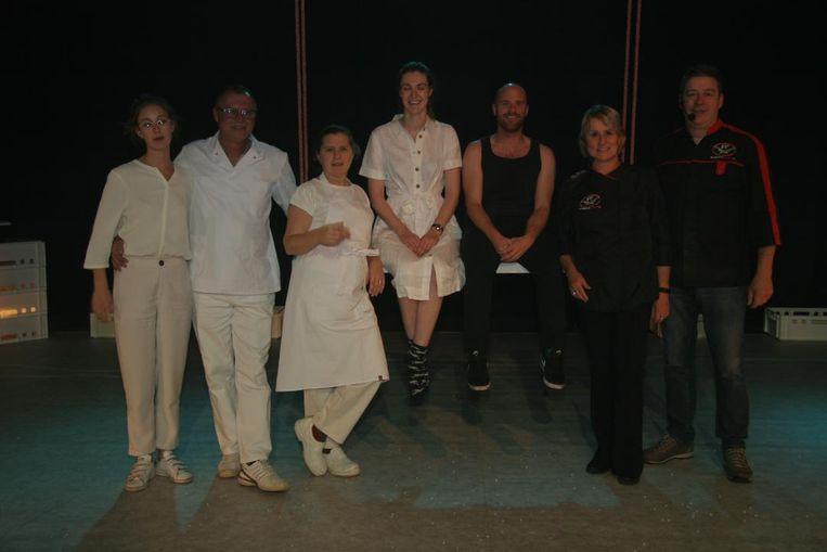 De spelers van Het Vierde Oor samen met regisseur Raf Jansen.