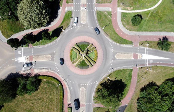 De rotonde bij de Kampmansweg in Dalfsen. De bochten in de fietspaden worden minder haaks.