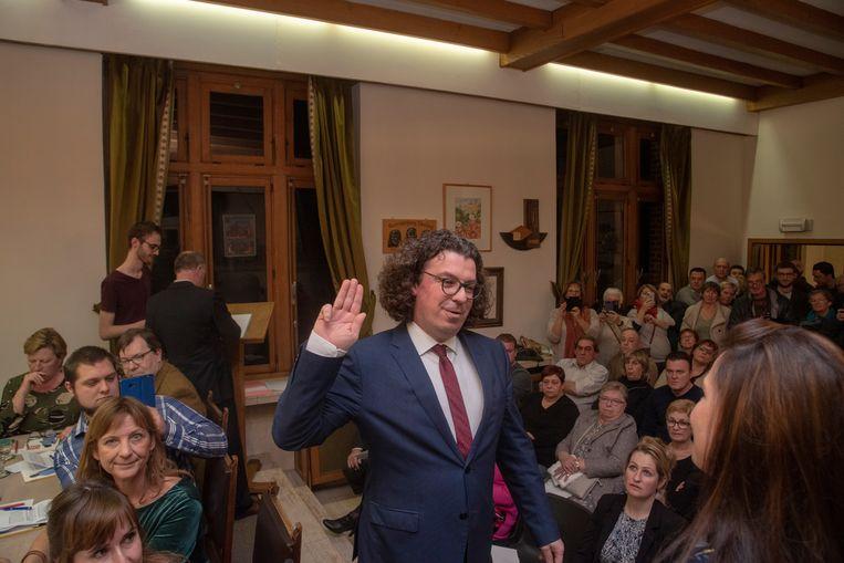Installatieraad Oosterzele. Filip Michiels (Open Vld) legt de eed af voor een bomvolle raadszaal.