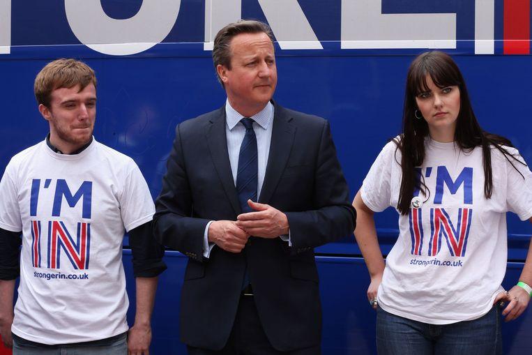 Premier Cameron tussen twee studenten van de Universiteit van Exeter die campagne voeren voor het Europese lidmaatschap. Beeld photo_news