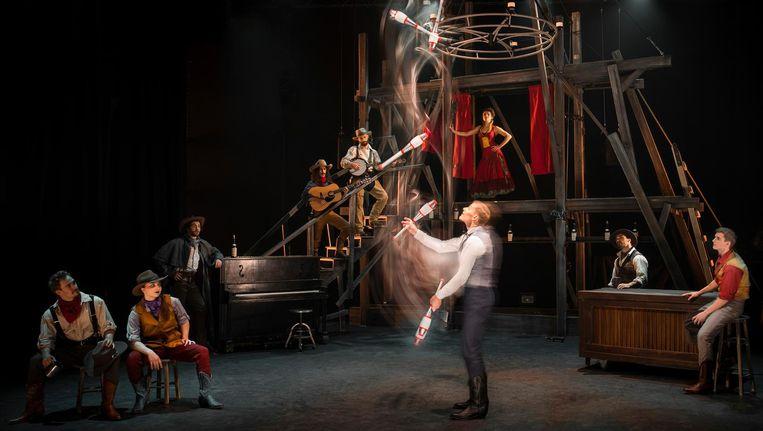 De femme fatale, de jongleur, de barman, muzikanten en meer Wilde Westen zoals te zien in Saloon Beeld -