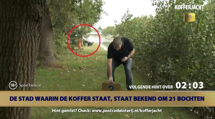 Dennis (omcirkeld) werd tegengehouden door een beveiliger.