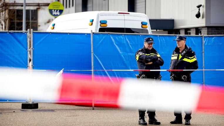 De politie is aanwezig aan de Tt. Melissaweg in Noord waar donderdagochtend de broer van de kroongetuige werd doodgeschoten Beeld anp