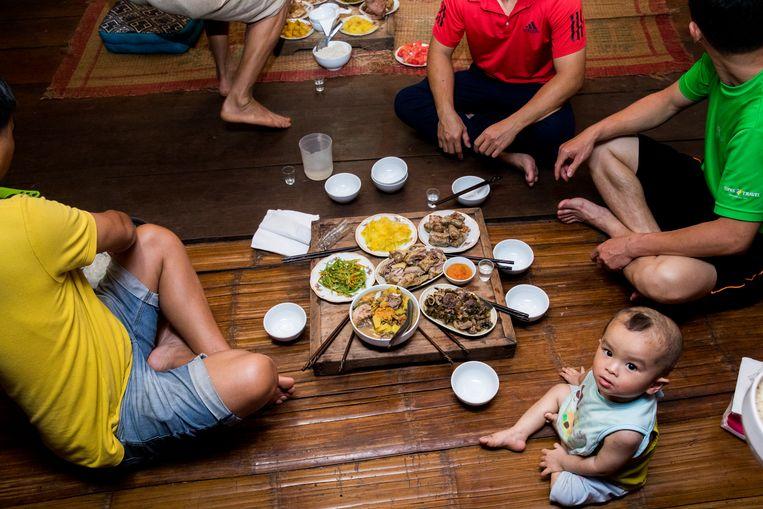 Eten bij de home stay van meneer Nam Bien. Beeld Marie Wanders