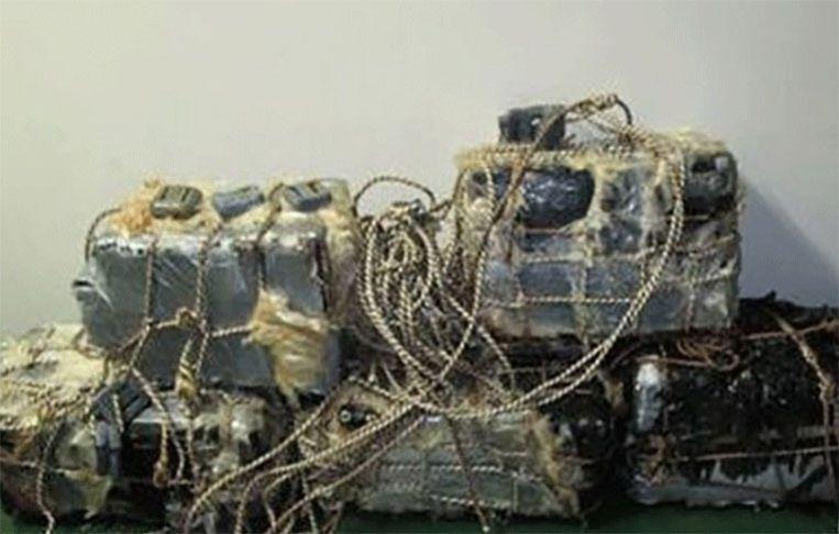 Een deel van de cocaïnepakketten die verstopt zaten bij de schroef van het Colombiaanse schip.