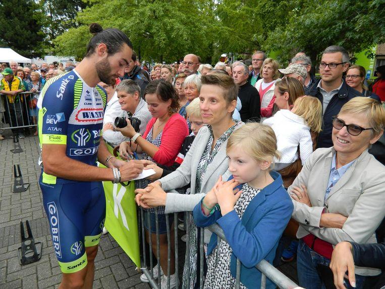 De fans staan rijen dik, en onder andere Guillaume Van Keirsbulck neemt de tijd om handtekeningen uit te delen.