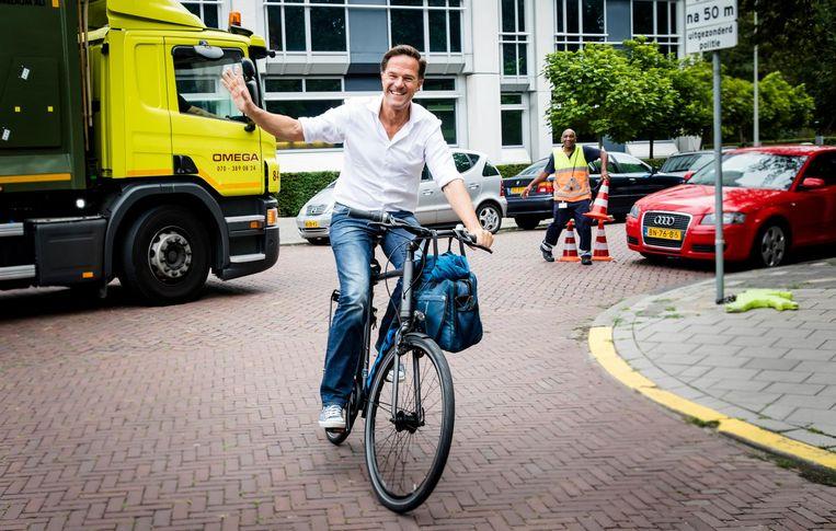 Rutte arriveert bij het Catshuis voor een informele heisessie van het kabinet - op de fiets. Beeld ANP
