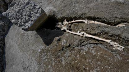 Archeologen stuiten in Pompeii op dramatisch tafereel: skelet van man, onthoofd door steen toen hij zich vergaapte aan vulkaanuitbarsting