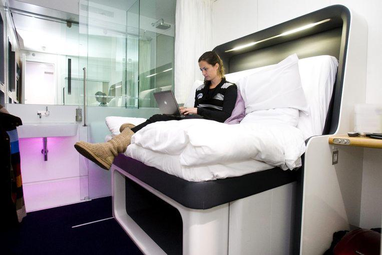 Een 'yotelkamer' in de vestiging van de Britse keten 'achter de douane' op Schiphol Beeld anp