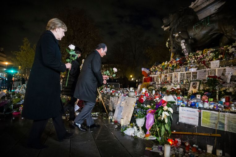 Merkel en Hollande leggen bloemen bij het Place de la République. Beeld ap