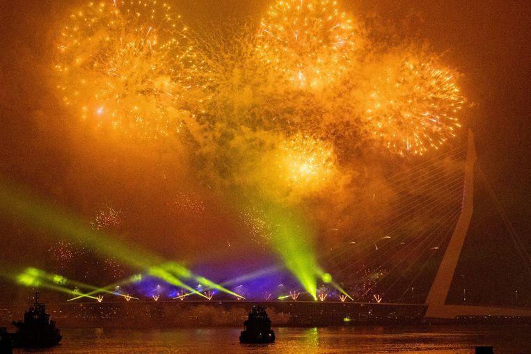 Een van de drie professionele vuurwerkshows afgelopen jaar in Rotterdam bij de Erasmusbrug. Beeld ANP