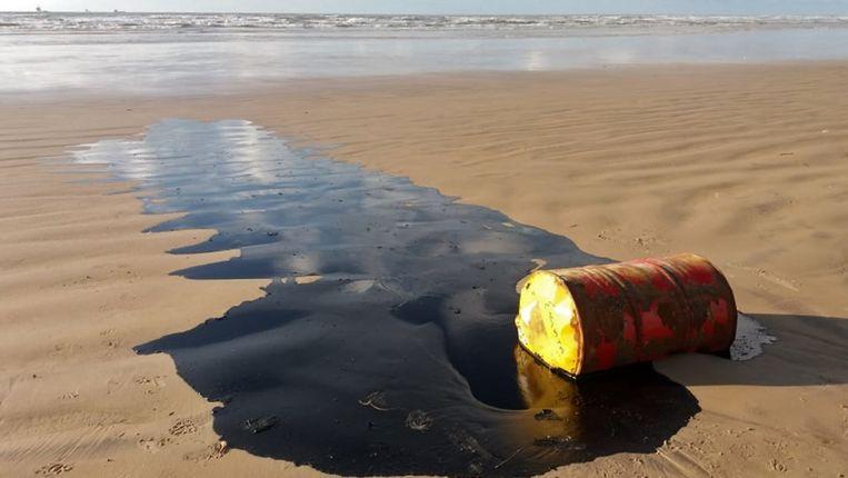 Een olievat met olie op een strand in Barra dos Coqueiros in de Braziliaanse staat  Sergipe.