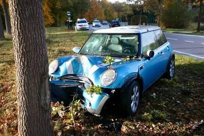 Auto botst tegen boom langs Bredaseweg Chaam, 1 gewonde