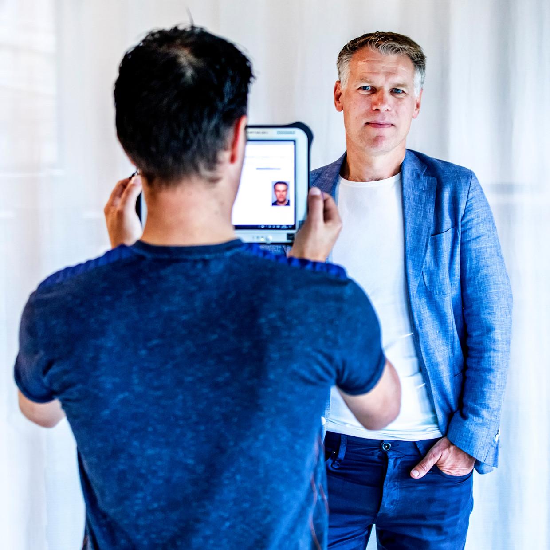 Algemeen directeur Marco van der Klij wordt gescand met een tablet met software die gezichten herkent. Beeld Raymond Rutting/de Volkskrant
