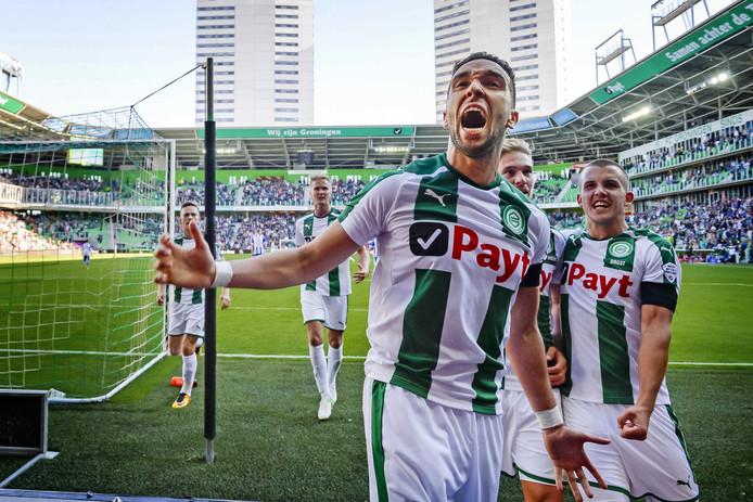 Mimoun Mahi juicht na een goal voor FC Groningen.