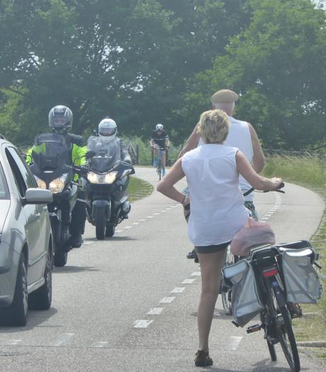 Motorrijders strijden tegen verboden op dijken