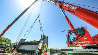Titanenwerk: stalen stuwsegmenten van 40 ton op Schelde geplaatst