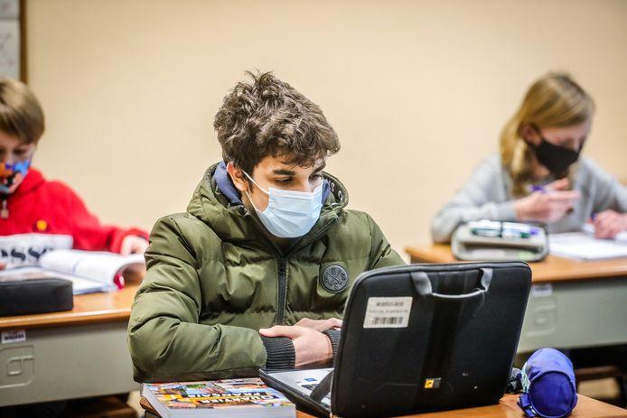 Sommige leerlingen houden hun jas aan, om de kou te trotseren.