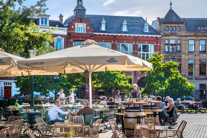 Het terras van Van Kinsbergen op het Prins Hendrikplein.