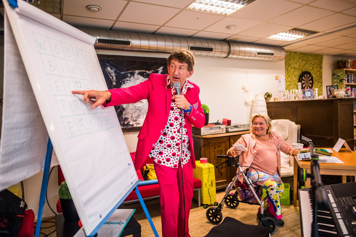 Ter ere van de Week van de Alfabetisering wordt een project in de wijk Geitenkamp op ludieke wijze 'gestart'. Met een Ernemse bingo wordt aandacht gevraagd voor laaggeletterdheid in Arnhem. In beeld presentator Wim Hilgeman.
