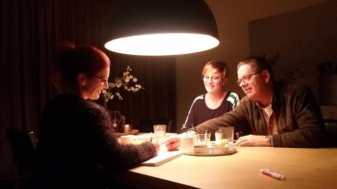 Evelien Goossens, Lieke Smolders en producent Huib de Ridder bespreken de toneelproductie.