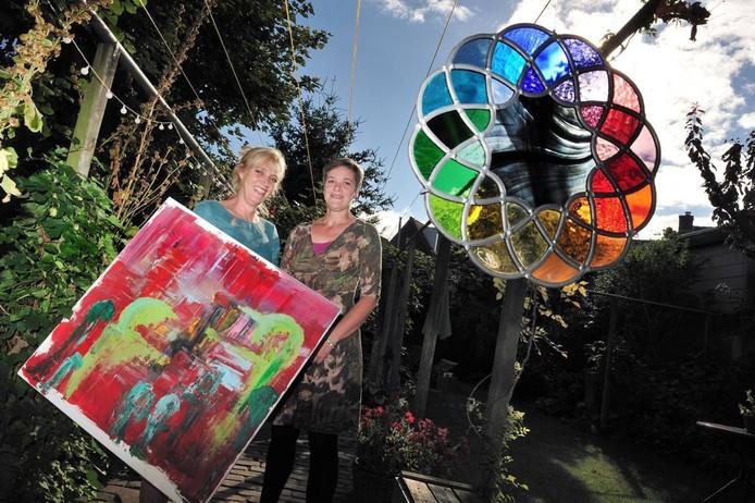 Annelieke Danen (links) en Diana Walravens hebben samen de eerste kunstroute in hun wijk Burgerhout opgezet. Ze exposeren zelf ook. Foto peter van Trijen/pix4profs