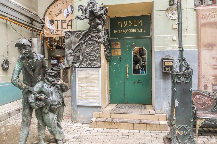 In het Boelgakovhuis in Moskou, waar de schrijver korte tijd heeft gewoond, zijn twee rivaliserende musea gevestigd. Beeld Flickr.com