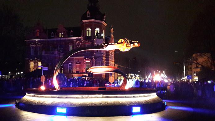 Het grote vorstenzwaard op de rotonde bij Museum Jan Cunen is vanaf maandagavond sfeervol verlicht.