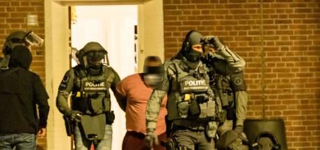 Verdachte drugssmokkelaar geboeid en geblinddoekt meegenomen uit Tilburgse woning