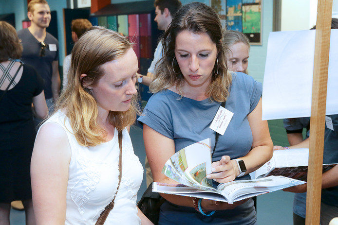 Op College de Heemlanden komen herinneringen naar boven tijdens de schoolreünie.