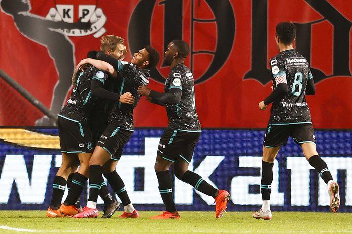 Een feestje rond Finn Stokkers na zijn 0-2 tegen FC Twente.