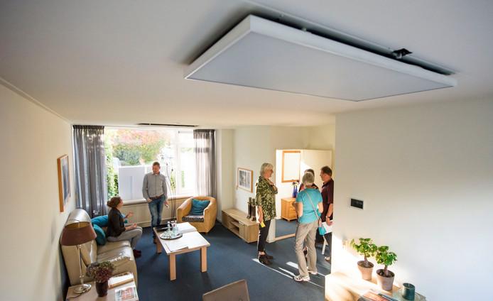 De infrarood verwarmingspanelen tegen de plafonds in het modelhuis in Ermelo-west geven geen rood licht, zoals sommige belangstellenden hadden verwacht.
