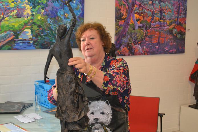 Marianne Houtkamp aan het werk tijdens de kunstbeurs.