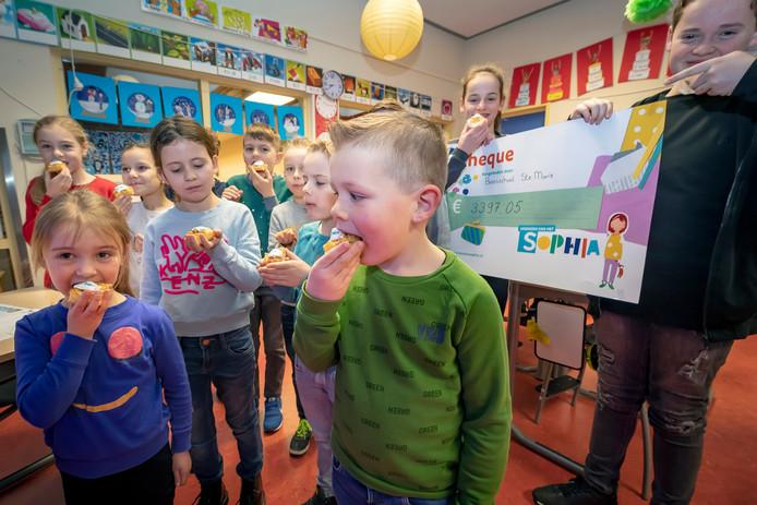 Kinderziekenhuis Sophia geeft Leerlingen van basisschool St. Marie uit Huijbergen een gebakje, omdat ze landelijk de hoogste opbrengst per kind hebben gescoord met hun lichtjestocht actie.