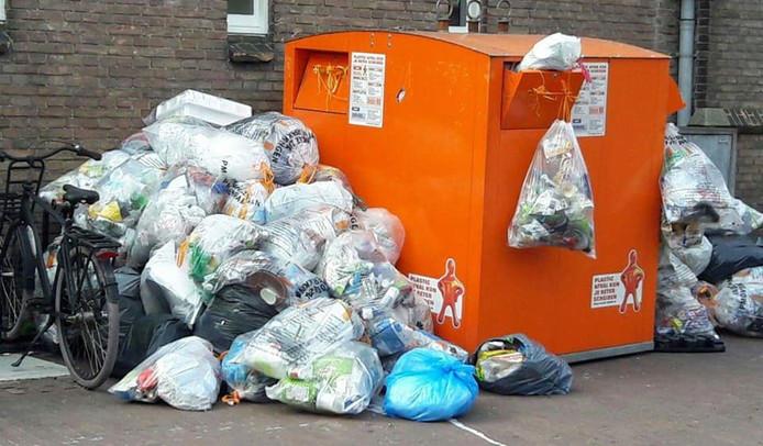 Afvalzakken naast de container bij de Nieuwe Haven in Gouda.