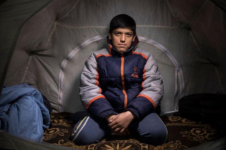 Mikdad, 12 jaar. Pakistan. Mikdad en zijn neefje Ahmad (12) zijn inmiddels 8 maanden onderweg. Ze willen naar Italië, daar woont een oom. Ze hopen naar school te kunnen, maar werken is ook goed. Beeld