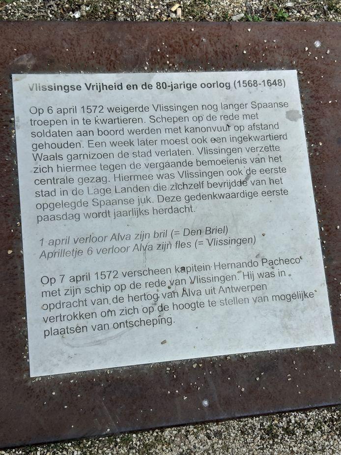 Linkerdeel van de tekst bij de blauwe Galgensteen' met het jaartal 1572 die de plaats van de galg bij het Vlissings Verzet op het Bellamypark in Vlissingen markeert.