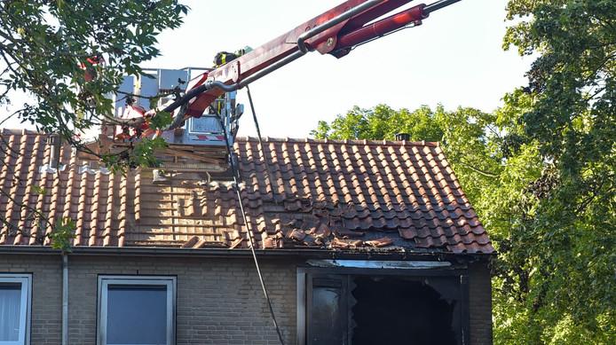 De woning is zwaar beschadigd na de brand