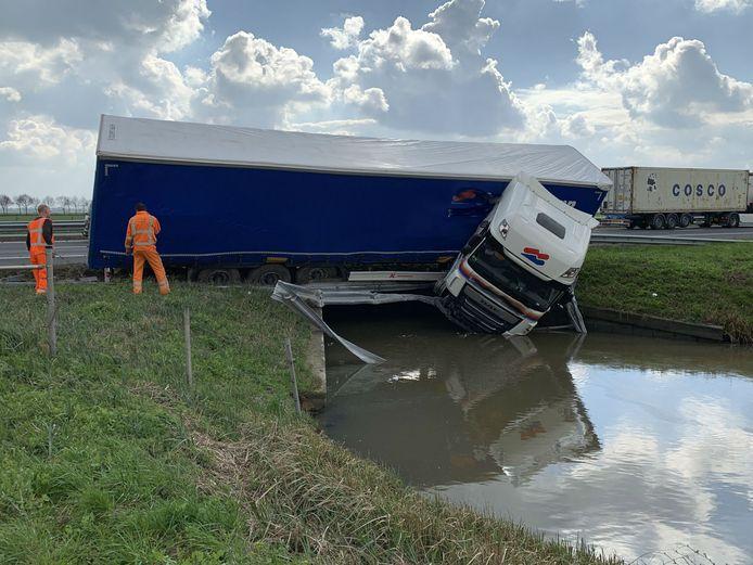 De vrachtwagen kwam in het water terecht.