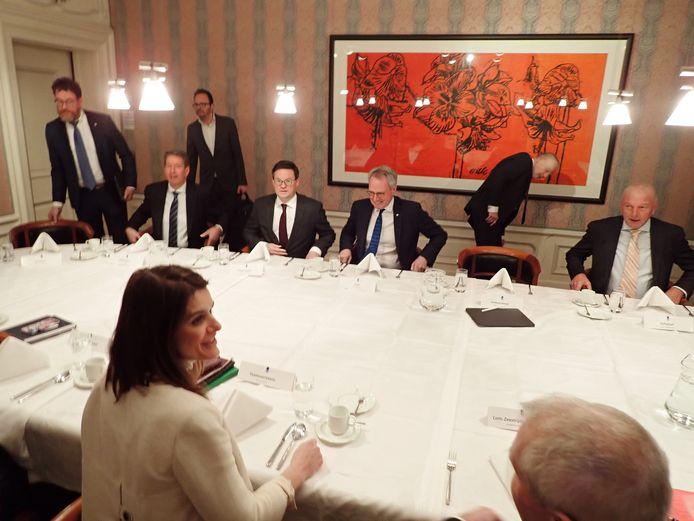 Op de voorgrond staatssecretaris Barbara Visser. Aan de overkant van de tafel, v.l.n.r., wethouder Albert Vader, burgemeester Bas van den Tillaar, cvdk Han Polman, gedeputeerde Dick van der Velde (staand) en dijkgraaf Toine Poppelaars.