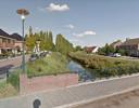Het bruggetje voor langzaam verkeer tussen de wijken Riethoek (links) en Oostmolenpark (rechts). Op de achtergrond, achter de singel met hoge bomen ligt de twee hectare grond die Goes heeft gekocht voor woningbouw.