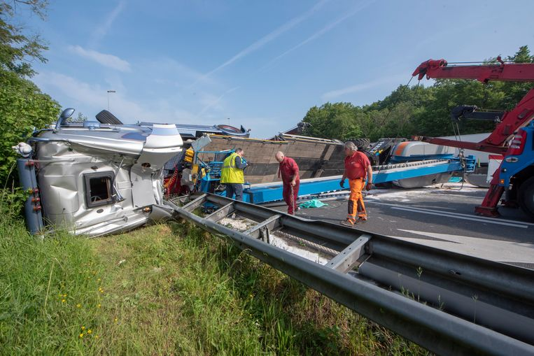 De gekantelde vrachtwagen versperde de hele breedte van de E40 in Wetteren.
